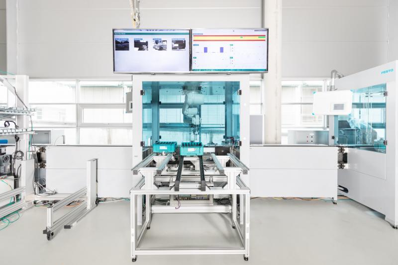 Sobald die Produktion läuft, werden aus allen Prozessschritten zeitsynchron Daten an ein Analysetool übermittelt. Als Datenbasis dienen Zustands- und Prozessinformationen aus allen technischen Teilschritten der gesamten Prozesskette.