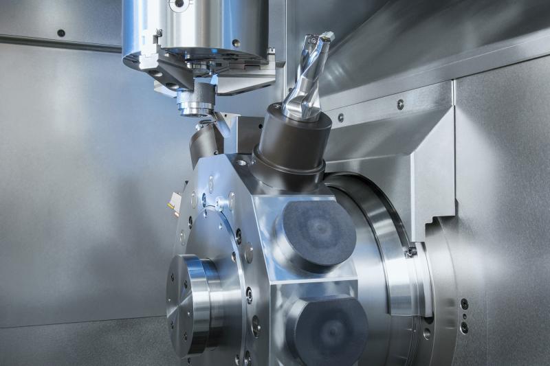 Eine leistungsstarke Arbeitsspindel und der Zwölffach-Werkzeugrevolver sorgen für schnelle Zerspanungsprozesse bei der Bearbeitung des Rohlings.