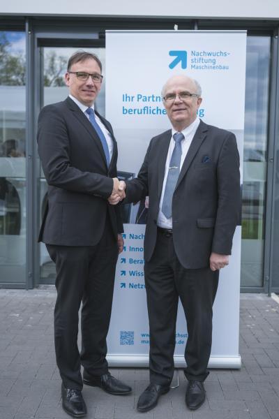 Jürgen Widmann (Geschäftsführer EVO Informationssysteme GmbH) und Peter Bole (Leiter Nachwuchsstiftung Maschinenbau) besiegeln die Kooperation.
