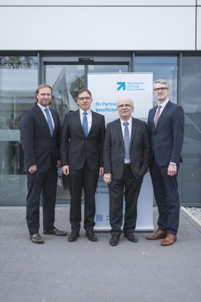 Michael Mühlegg (NWS MB, Standortleiter Stuttgart), Jürgen Widmann (Geschäftsführer EVO Informationssysteme GmbH), Peter Bole (Leiter Nachwuchsstiftung Maschinenbau) und Andre Wilms (NWS MB, Standortleiter Bielefeld) freuen sich über die neuen Möglichkeiten dieser Kooperation.