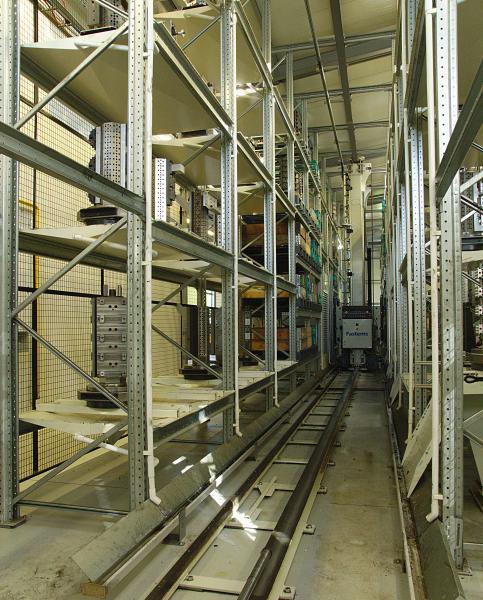 Das MLS-MD (Medium Duty) mit einer Tragkraft von 1.000 Kilogramm je Palette bietet auf vier Ebenen Platz für insgesamt 156 Paletten, jeweils zur Hälfte Maschinen- und Rohmaterialpaletten.