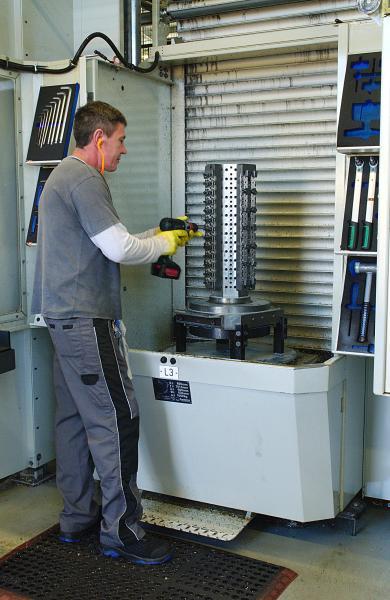 Die Vorrichtungen zum Aufspannen der Werkstücke, hier an einer Ladestation des MLS, fertigt die Norbert Kempf CNC-Technik selbst.