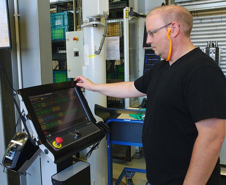 An jeder Ladezelle befindet sich ein Terminal mit der MMS5 von Fastems. Die Software steuert u.a.  auftragsbezogen die Palettenreihenfolge im MLS und verwaltet hierzu sämtliche CNC-Programme und Werkzeugdaten.