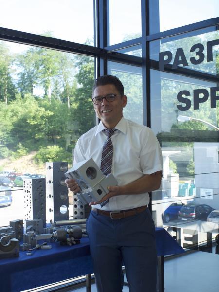 """Stefan Kempf, Geschäftsführer: """"Der Flexibilitätsgewinn, den wir erzielen, indem wir im FFS auf jeder Maschine jedes Werkstück bearbeiten können, ist derart hoch, dass wir diesen Ansatz weiter vorantreiben wollen."""""""