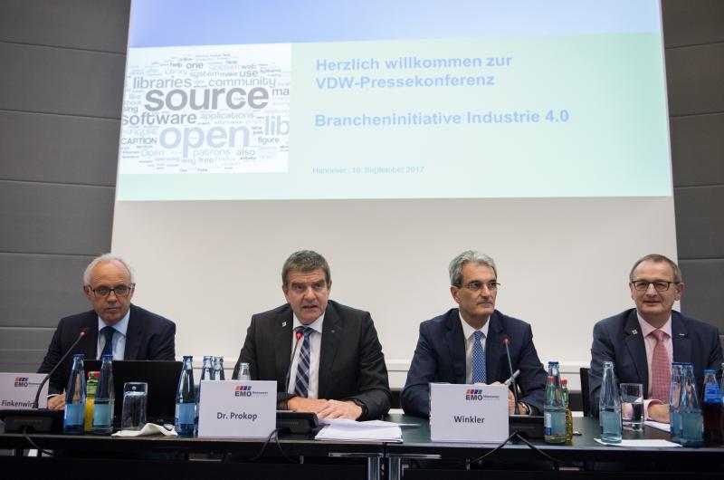 Von l. n. r.: Dr. Klaus Finkenwirth (Geschäftsführer Liebherr Verzahntechnik GmbH, Kempten), Dr. Heinz-Jürgen Prokop (Vorsitzender des VDW), Klaus Winkler (Geschäftsführer Heller Maschinenfabrik GmbH, Nürtingen), Dr. Wilfried Schäfer (Geschäftsführer des VDW)