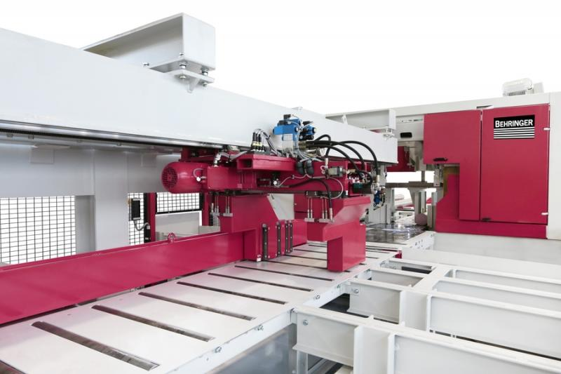 Sawing and order picking during running machine operation