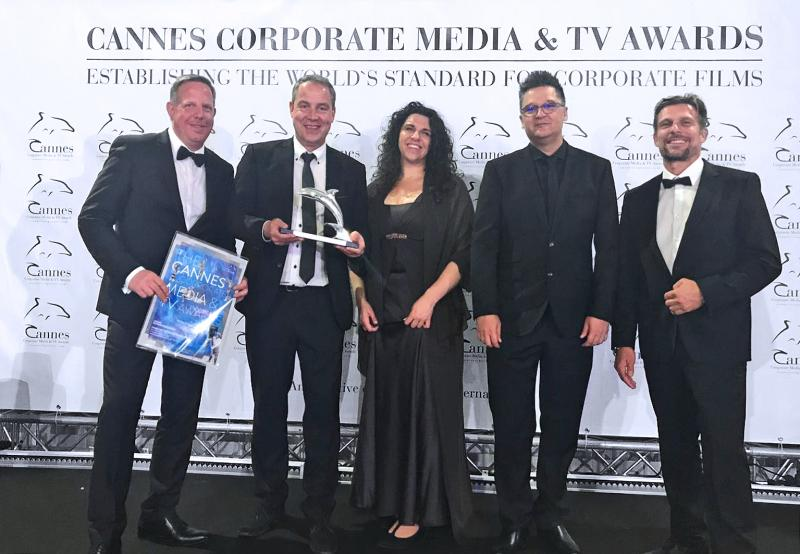 Representatives of ifm and Piratas received the video award in Cannes.